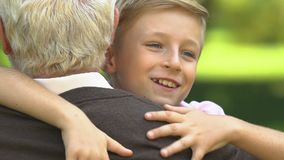 Fonctionnement de petit-fils au grand-père et l'étreindre étroitement, relations dans la famille clips vidéos