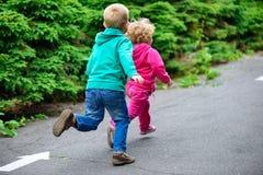 Fonctionnement de petit frère et de soeur Photographie stock libre de droits