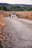 Fonctionnement de quatre enfants extérieur Image libre de droits