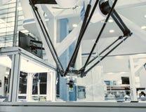 Fonctionnement de robot industriel, convoyeur Controler de cheminement images libres de droits