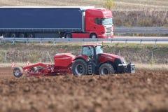 Fonctionnement de tracteur de magnum du cas IH près de route en Allemagne photographie stock libre de droits