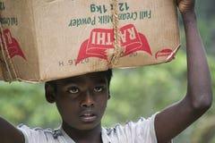 Fonctionnement de travail des enfants pour aider sa famille Images stock