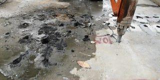 Fonctionnement de voiture de forage de roche à faire la démolition concrète pour construire le train de ciel à Bangkok Thaïlande photo libre de droits