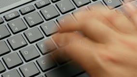 Fonctionnement dur de main dactylographiant sur la longueur du clavier 4k d'ordinateur portable d'ordinateur banque de vidéos
