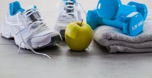 Fonctionnement et aérobic avec l'alimentation saine au gymnase Images stock