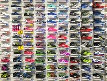Fonctionnement et chaussures de sport à vendre dans l'affichage de magasin de chaussures d'habillement de mode Photos stock