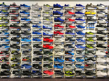 Fonctionnement et chaussures de sport à vendre dans l'affichage de magasin de chaussures d'habillement de mode Images stock