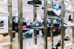 Fonctionnement et chaussures de sport à vendre dans le magasin de chaussures de mode Image stock