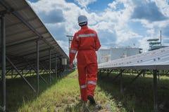 Fonctionnement et entretien dans la centrale solaire ; thé d'ingénierie images libres de droits