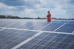 Fonctionnement et entretien dans la centrale solaire ; thé d'ingénierie images stock