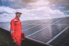 Fonctionnement et entretien dans la centrale solaire ; thé d'ingénierie image libre de droits