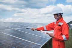 Fonctionnement et entretien dans la centrale solaire ; thé d'ingénierie photographie stock libre de droits