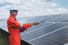 Fonctionnement et entretien dans la centrale solaire ; thé d'ingénierie photo stock