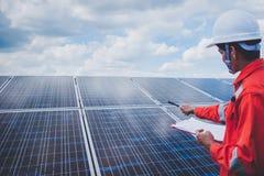 Fonctionnement et entretien dans la centrale solaire ; thé d'ingénierie photographie stock
