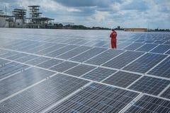 Fonctionnement et entretien dans la centrale solaire ; thé d'ingénierie photos stock
