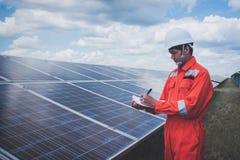 Fonctionnement et entretien dans la centrale solaire ; thé d'ingénierie photos libres de droits