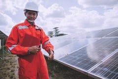 Fonctionnement et entretien dans la centrale solaire ; thé d'ingénierie photo libre de droits