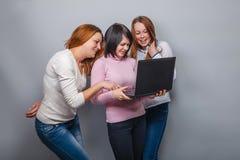 Fonctionnement européen d'amie d'aspect de trois filles Images libres de droits