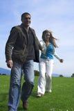 Fonctionnement extérieur de couples heureux Image stock