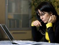 Fonctionnement fatigué sur l'ordinateur portatif images libres de droits