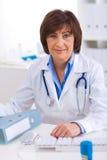fonctionnement femelle de bureau de docteur Photo stock