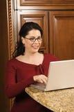 fonctionnement femelle de Mi-adulte sur l'ordinateur. Photos stock