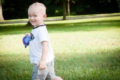 Fonctionnement heureux d'enfant en bas âge Photographie stock libre de droits