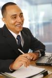 Fonctionnement heureux d'homme d'affaires photos stock