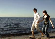 fonctionnement heureux de couples de plage photographie stock