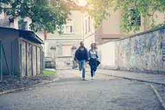 Fonctionnement heureux de couples extérieur Jeunes couples fonctionnant sur la rue photo libre de droits