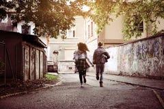 Fonctionnement heureux de couples extérieur Jeunes couples fonctionnant sur la rue photographie stock libre de droits
