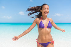Fonctionnement heureux de femme de vacances d'été en plage de l'eau image libre de droits