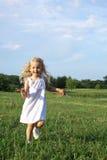 Fonctionnement heureux de petite fille Photo libre de droits