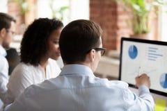 Fonctionnement hommes-femmes divers ensemble utilisant l'ordinateur image libre de droits
