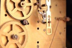 Fonctionnement interne d'un mouvement antique d'horloge Photographie stock