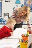 Fonctionnement mâle d'élève et de professeur d'école primaire Photos stock