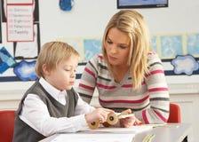 Fonctionnement mâle d'élève et de professeur d'école primaire Photos libres de droits