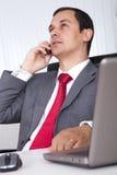 Fonctionnement mûr d'homme d'affaires Photo libre de droits