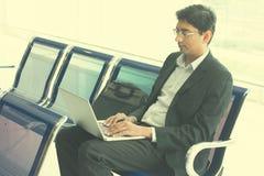 Fonctionnement masculin indien d'homme d'affaires Photographie stock libre de droits