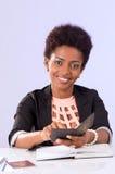 Fonctionnement noir amical de femme de bureau Image stock