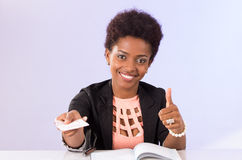 Fonctionnement noir amical de femme de bureau Photos libres de droits