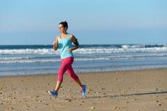 Fonctionnement pour la forme physique sur la plage Photo stock