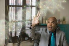 Fonctionnement professionnel d'homme avec un graphique futuriste de réseau image stock