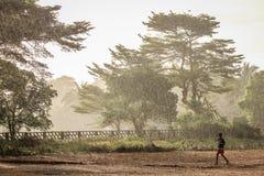 Fonctionnement sous la pluie Photo stock