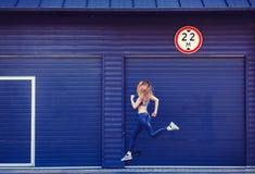 Fonctionnement sportif de jeune femme image stock