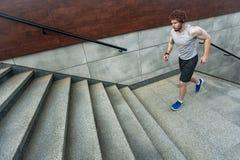 Fonctionnement sur les escaliers Photos libres de droits