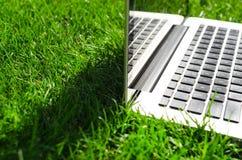 Fonctionner avec l'ordinateur portatif Photographie stock libre de droits