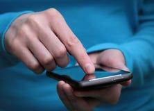 Fonctionner avec le smartphone Photographie stock libre de droits