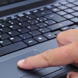 Fonctionner avec un ordinateur portatif Images libres de droits