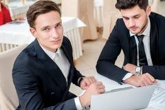 Fonctionner dans le bureau Deux réussis et homme d'affaires sûr Photographie stock